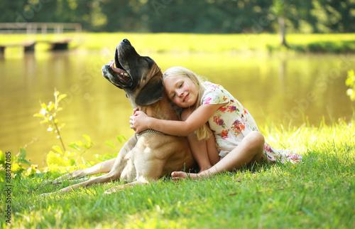 Zdjęcie XXL szczęśliwa dziewczyna ze swoim mastiffem nad jeziorem