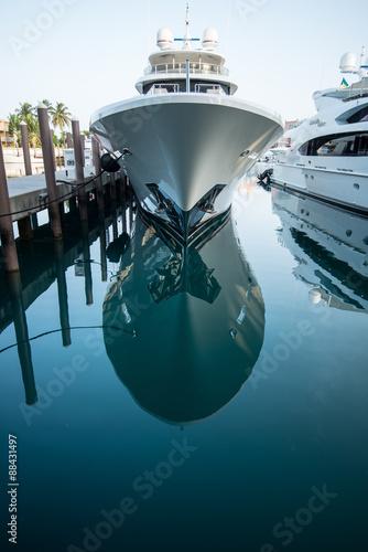 Obraz na plátně  Yacht im Wasser gespiegelt