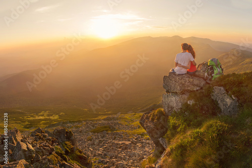 obraz dibond Happy couple enjoy beautiful view in the mountains
