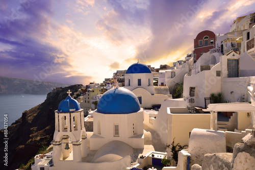 Foto auf AluDibond Bild des Tages Sunset in Oia, Santorini, Greece
