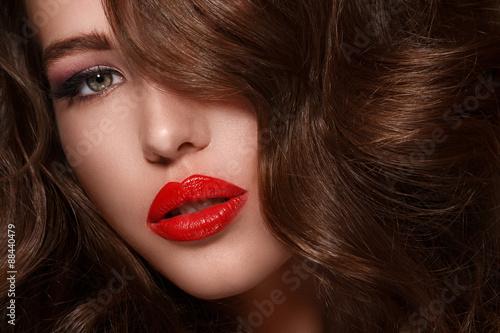Fotografie, Obraz  Žena s dlouhými vlasy lesklé