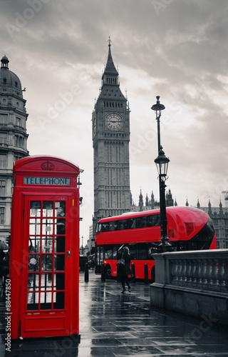 londynska-ulica-z-czerwonym-pietrowym-autobusem-budka-i-big-benem-w-tle