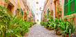 canvas print picture - Valldemossa - grüne Gasse zu Maria Himmelfahrt