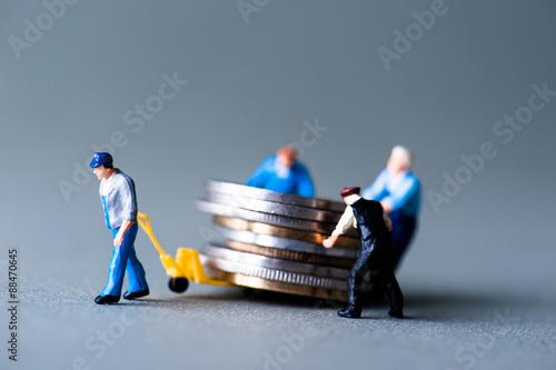 Fototapeta お金を運搬するミニチュア obraz