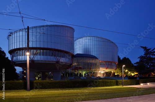 Foto  European Court of Human Rights building at dusk, Strasbourg, France