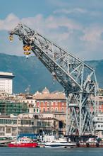 Una Mega Gru Nel Porto Di Genova