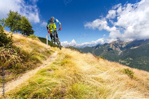 discesa con MTB su sentiero di montagna