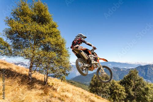 Pinturas sobre lienzo  salto con moto da cross in alta montagna