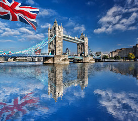 Obraz na Plexi Famous Tower Bridge with flag of England in London, UK