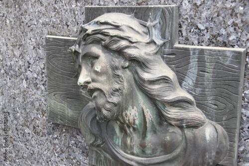 Christ sur la croix sur une tombe du Cimetière de Boulogne Fotobehang