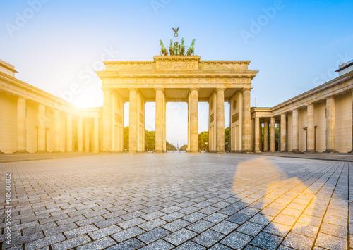 Poster Berlin Brandenburger Tor (Brandenburg Gate) in golden morning light at sunrise, Berlin, Germany