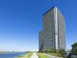 川沿いに建つタワーマンション