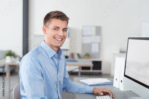 Tableau sur Toile lächelnder mann arbeitet im büro