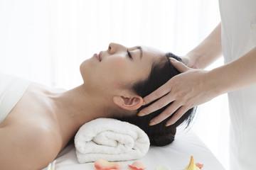 Obraz na płótnie Canvas Beautiful Asian woman receiving face massage