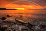 Fototapeta Tęcza - Kolorowy zachód słońca nad morzem