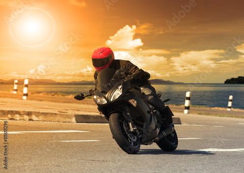 mlody-czlowiek-jedzie-na-motocyklu-duzy-rower-przed-ostry-zakret-asfaltu