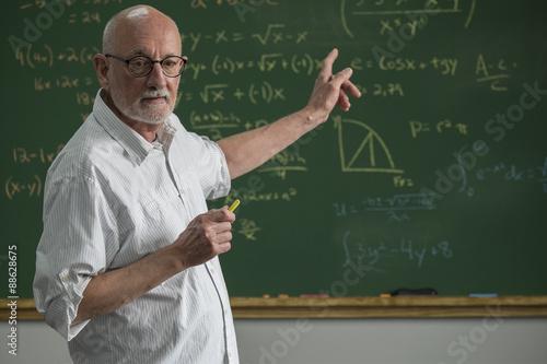 Fotografía  Enseñanza del profesor de sexo masculino en la clase