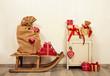 Traditionell und klassisch. Weihnachtsgeschenke in rot und Holz Hintergrund in weiß zu Weihnachten als Dekoration.