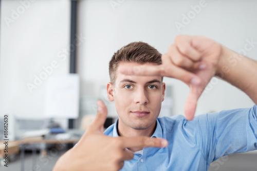 mann macht einen rahmen mit den fingern