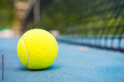 Fotografie, Obraz  Tenisový míček na tenisový kurt s net