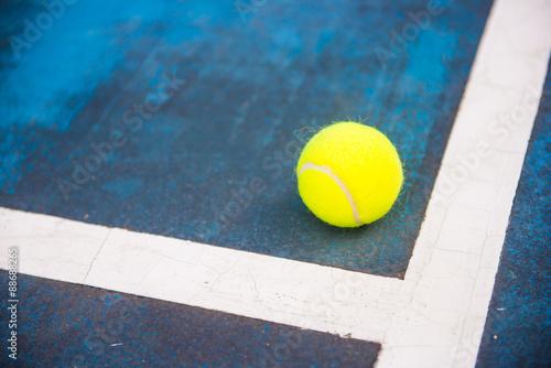 Obraz na plátně  Tenisový míček na tenisový kurt