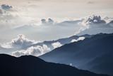 Piękny mglisty wschód słońca. Jaskrawy zaświecający mgły i chmury góry doliny krajobraz. - 88697281