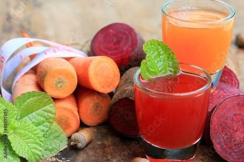 Fotografia  mix fresh beetroot and carrot juice