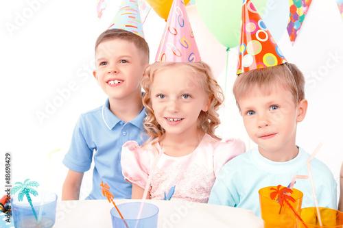 Fotografía  Three little kids posing during birthday party