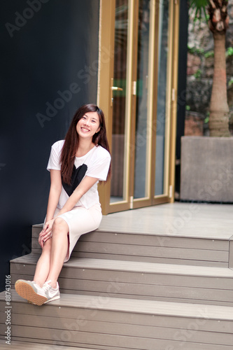 Photo  Asian girl sitting on the street