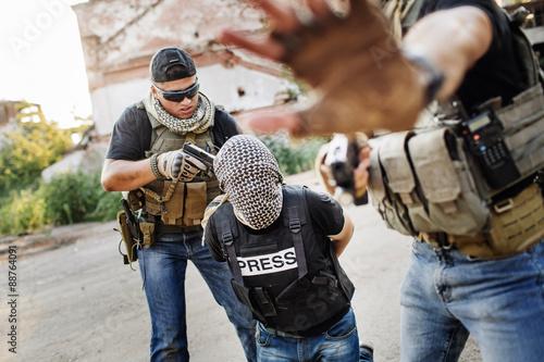 Fotografía  Terroristas que sostiene un arma a la cabeza periodista