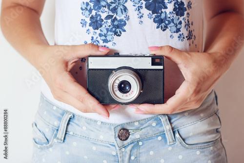 Fototapeta retro camera in hands  obraz na płótnie