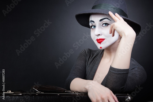 Photo  Portrait of woman mime with a suitcase