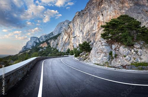 asfaltowa-droga-w-lato-lesie-przy-zmierzchem-gory-krymskie