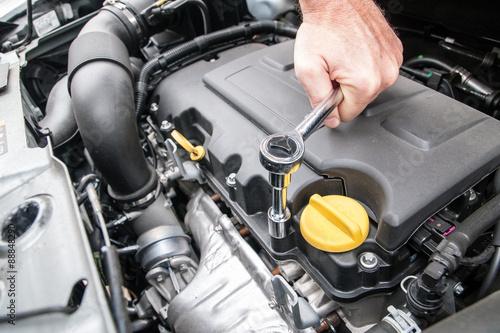 Zdjęcie XXL Ręce mocowania silnika samochodu za pomocą klucza
