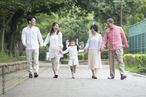 Fotografie, Obraz  公園を歩く家族