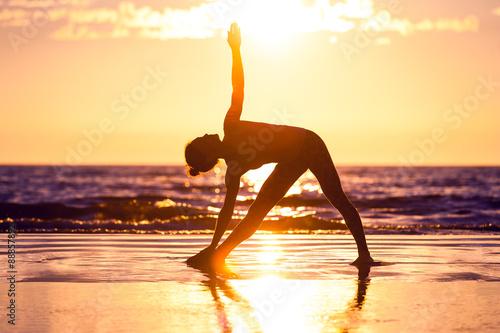 Obraz na plátně  woman practicing yoga