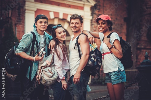 Foto  Multiracial friends tourists making selfie in an old city