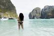 schöne Frau am Strand von Maya Bay, Phi Phi Island, Phuket