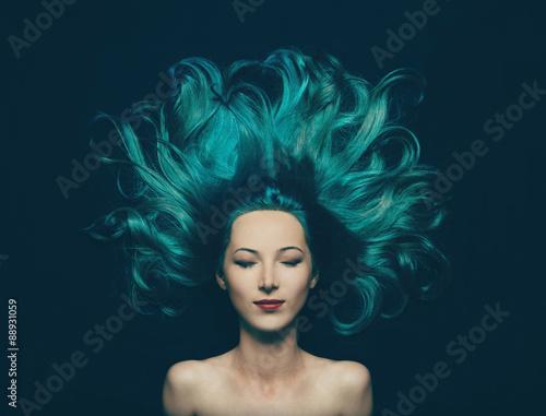 Photographie  Belle fille avec de longs cheveux de couleur turquoise