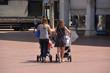 madres paseando con el carrito del niño