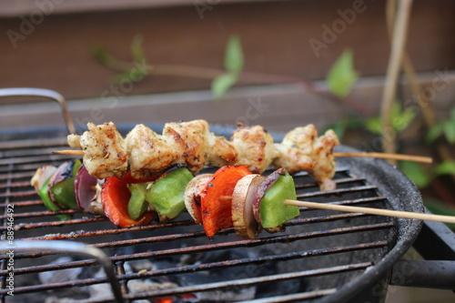 Deurstickers Kip Spiesje op bbq met kip en groente