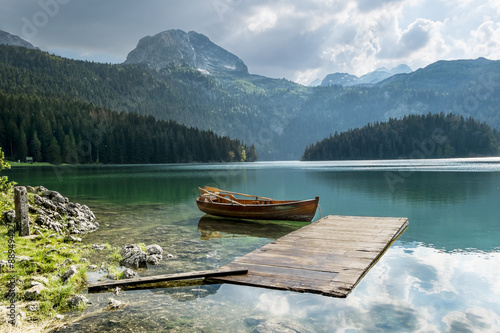 Photo Stands Lake boat on Black Lake in the national park Durmitor and mountains i
