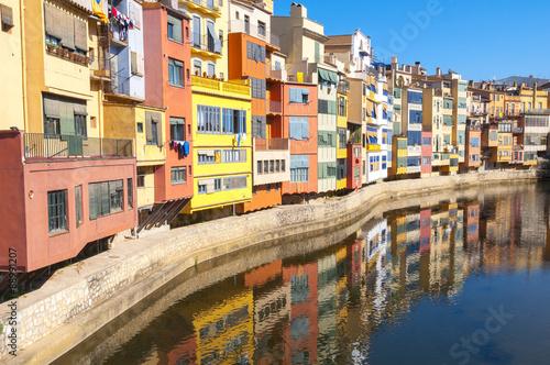 Casas de color junto al río Onyar, Girona (España)