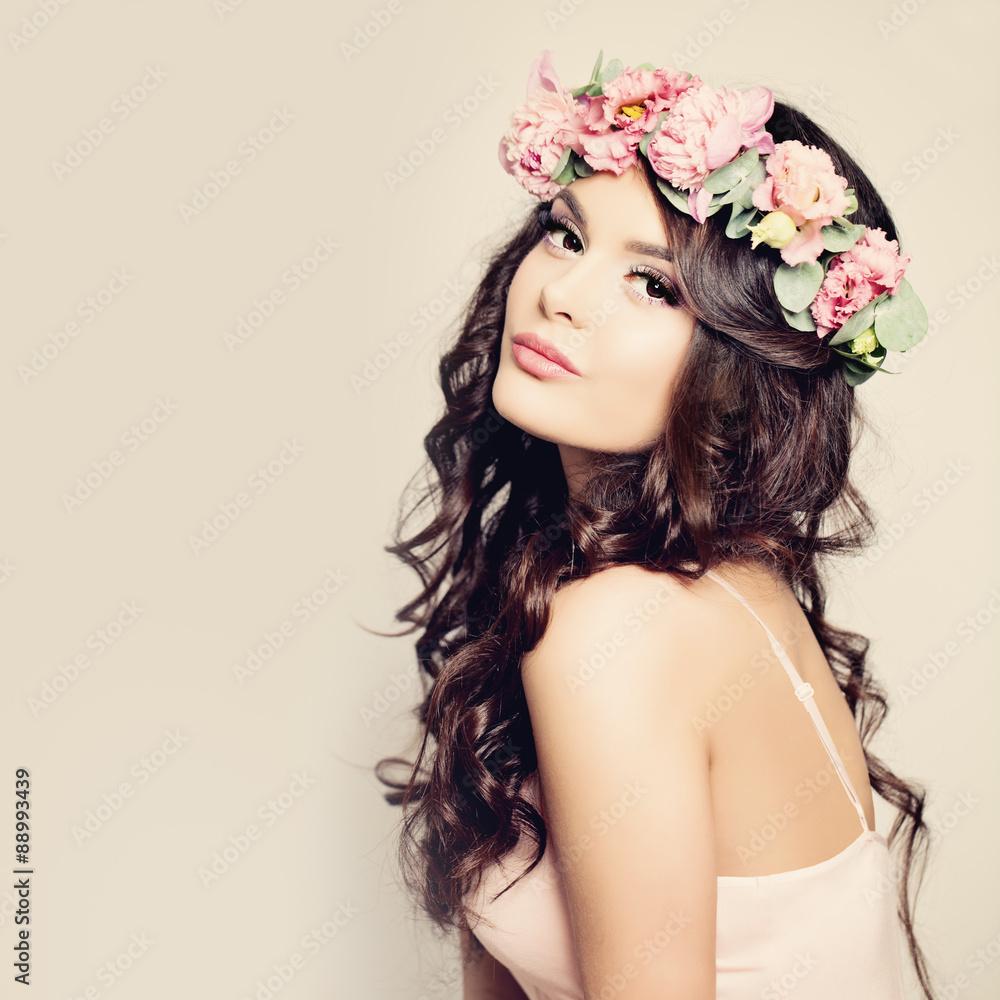 Schöne Frau mit dem lockigen Haar, Make-up und Blumen-Kranz Foto ...