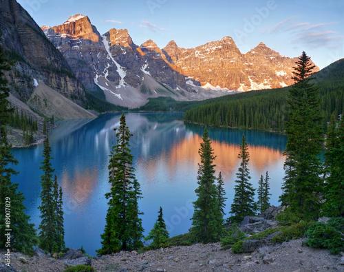 Poster Bergen Moraine lake at sunrise. Banff National Park, Canada