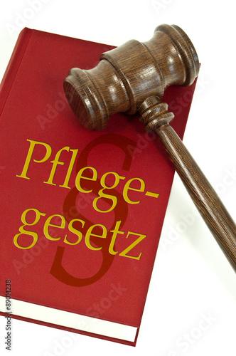 Photo  Richterhammer mit Gesetzbuch und Pflegegesetz