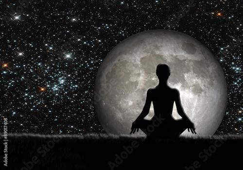 Obraz Mujer meditando, luna y estrellas - fototapety do salonu