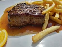 Steak Mit Bratensauce Und Pommes