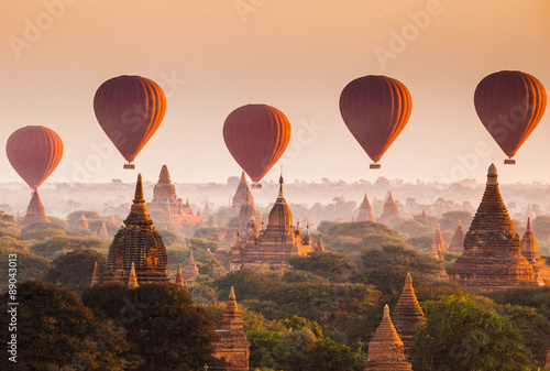 Balloon over plain of Bagan in misty morning, Myanmar Fototapet