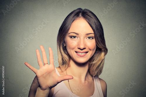 Photographie  Sourire femme faisant cinq de haut avec sa main